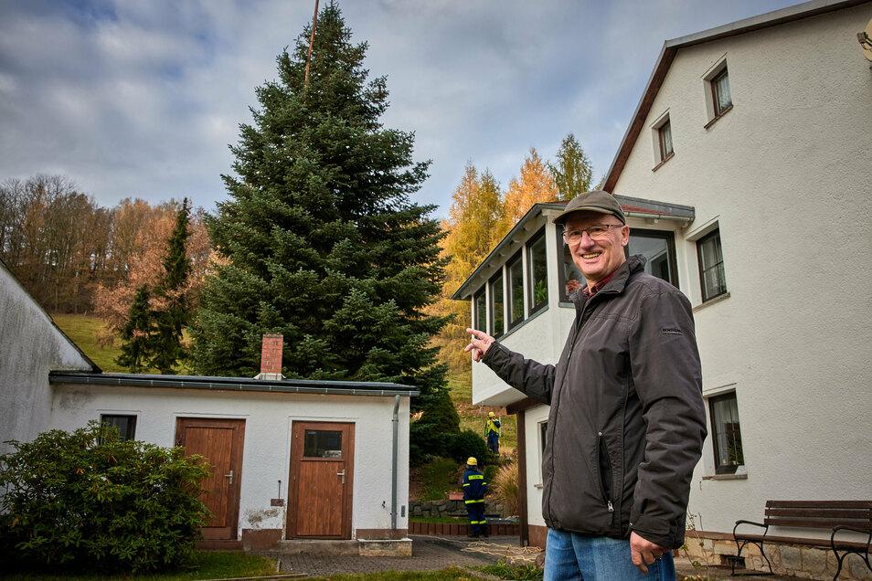 Baum-Spender: Dietmar Urwank vor der Colorado-Tanne an seinem Haus in Liebstadt.