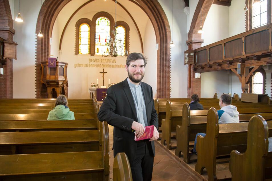 Pfarrer Janis Kriegel hält zwar aufgrund der corona-bedingten Verordnungen keine Gottesdienste in der evangelischen Kirche ab. Aber den Kirchenraum für einzelne Personen zur Andacht und zum Gebet hält er offen - mit Mindestabstand.