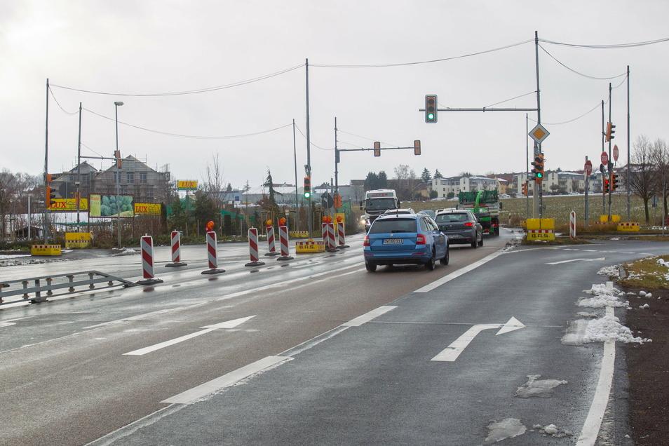 Obwohl an der B170 in Bannewitz derzeit nicht gebaut wird, bleibt die Absperrung stehen - zur Sicherheit sagt das sächsische Landesamt für Straßenbau und Verkehr.