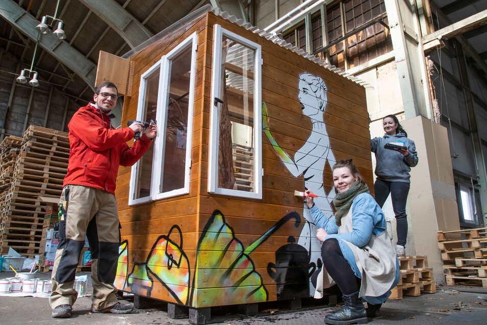 Tischler Martin Schröter, Initiatorin Laura Rose und Helferin Franziska Kärger richten die Kost-nix-Box für die neue Saison her.