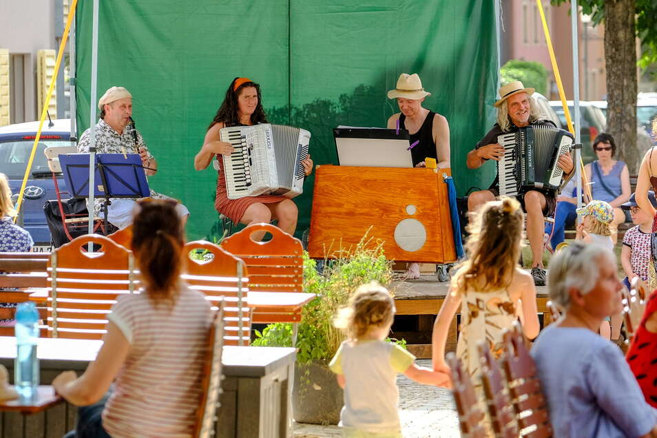 Die Elbzigeuner traten als erste Musikgruppe bei der Premiere der Fête de la musique auf dem Dorfanger Altkötzschenbroda auf. Alle Konzerte waren kostenfrei.