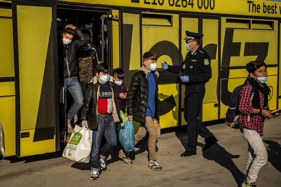 Minderjährige Flüchtlinge von griechischen Inseln gehen am Athener Flughafen zu einem Flugzeug, das sie nach Hannover bringen soll. Am Samstag sind sie in der niedersächsischen Landeshauptstadt gelandet.