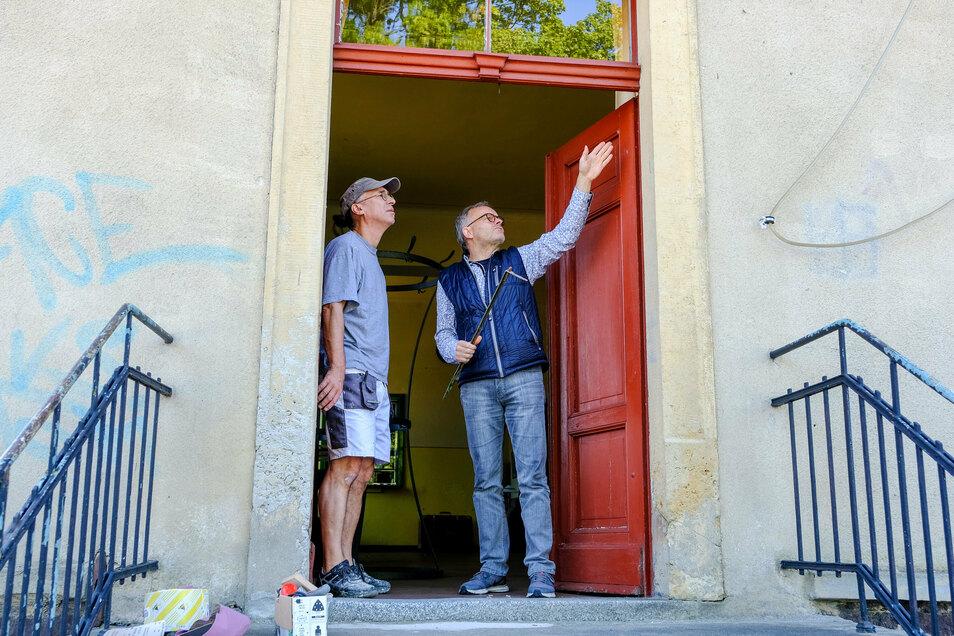 Der Radeburger Kulturbahnhof lädt nach der Corona-Zwangspause am Sonntag zur ersten Veranstaltung ein. Vorher soll aber noch die Tür in Ordnung gebracht werden, die Betreiber Frank Mietzsch (re.) am Montag mit Uwe Fiedler in Augenschein nahm.