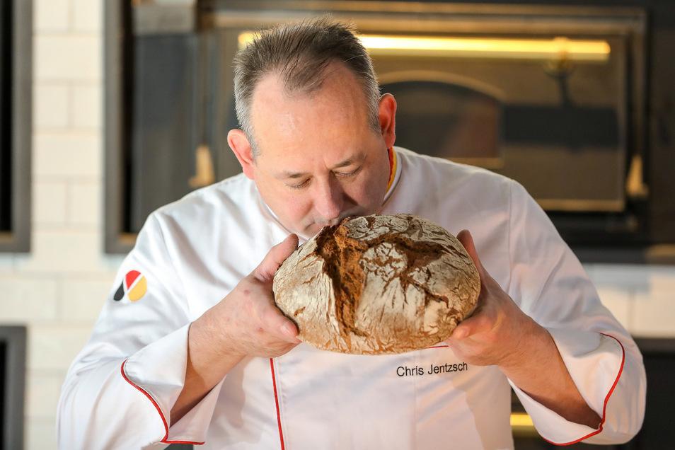 Mit allen Sinnen prüft Brot-Sommelier Chris Jentzsch ein sächsisches Roggenmischbrot