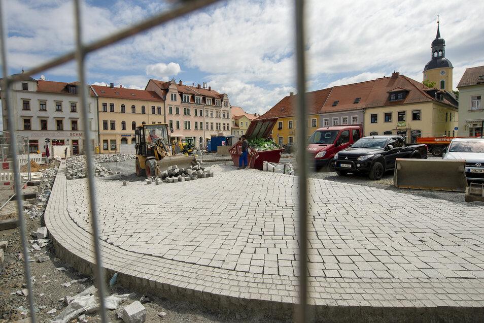 Die Neugestaltung des Radeburger Marktes im vergangenen Jahr sorgt noch immer für Diskussionen. Die Stadt hat der Baufirma eine Frist zur Nachbesserung gestellt.
