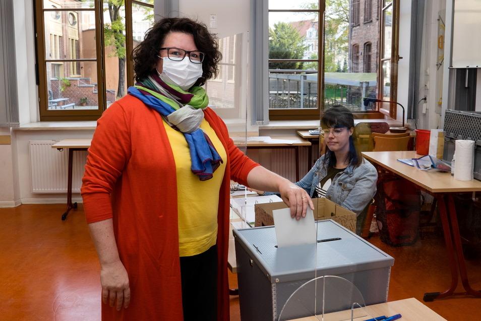 Annett Jagiela, Direktkandidatin von Bündnis 90/Die Grünen, bei ihrer Stimmabgabe im Joliot-Curie- Gymnasium in Görlitz.