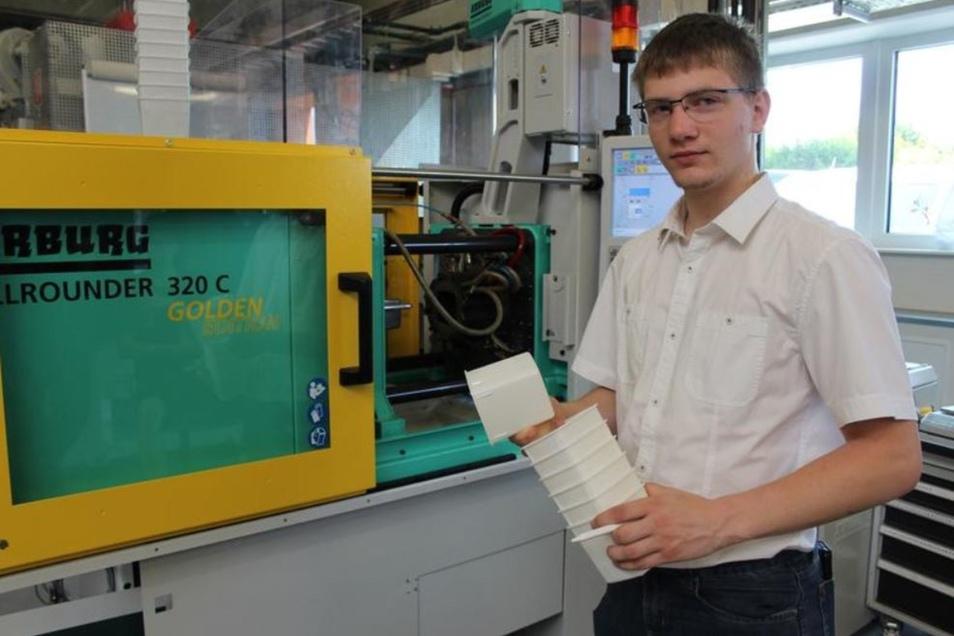 Lucas Hoffmann weiß, wie solch ein Spritzgussautomat funktioniert. Als er sich vor drei Jahren aus Interesse an Technik für den Beruf des Verfahrensmechanikers für Kunststoff entschied, konnte er sich darunter kaum etwas vorstellen. Heute berichtet der 19
