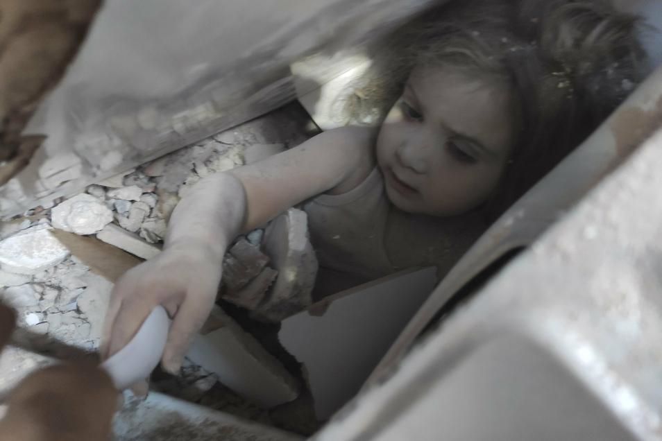 Das dreijährige Mädchen, Ayda Gezgin, steckt in den Trümmern eines eingestürzten Gebäudes.