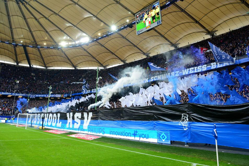 Vor der Begegnung Hamburger SV - Karlsruher SC im Volksparkstadion wird Pyrotechnik offiziell abgebrannt.