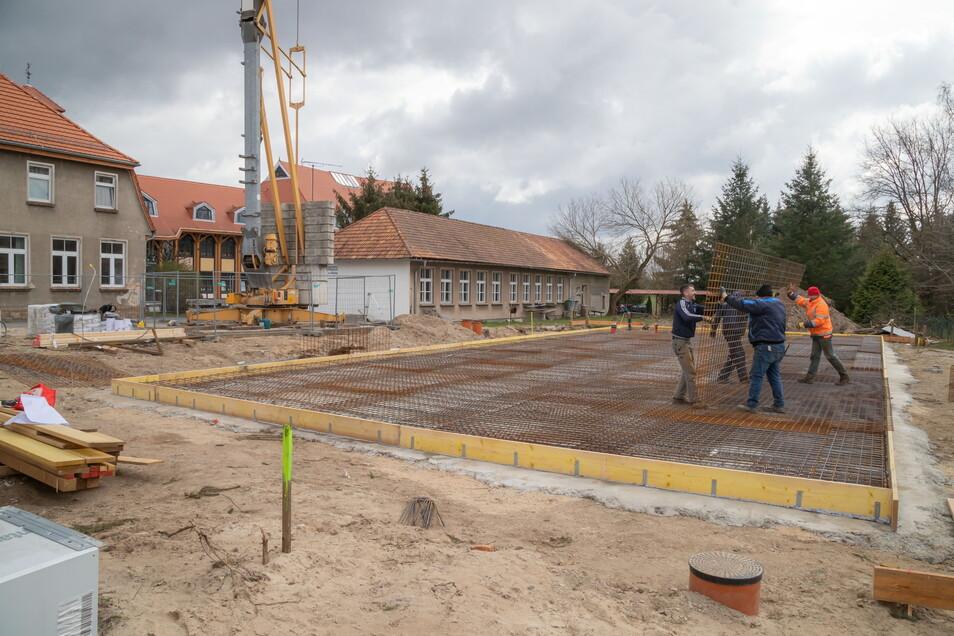 Am Freitag soll die Bodenplatte für das neue Unterrichtsgebäude an der Comeniusschule in Mücka gegossen werden. Künftig findet darin der WTH-Unterrich statt.