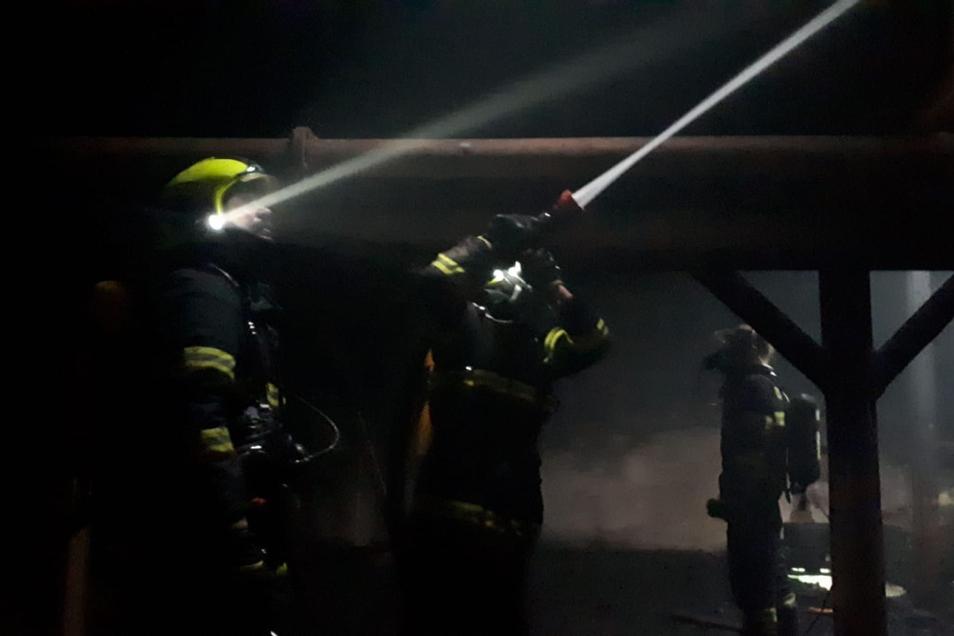 Zwei Feuerwehrleute erlitten beim Einsatz Verletzungen.