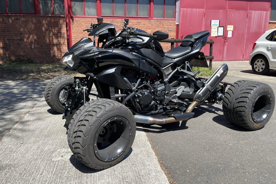 Nomen est omen: Der Prototyp der Exeet Blackbull H2 ist schwarz, steht auf breiten Reifen und hat einen Kawasaki-Motor, der 200 PS leistet.