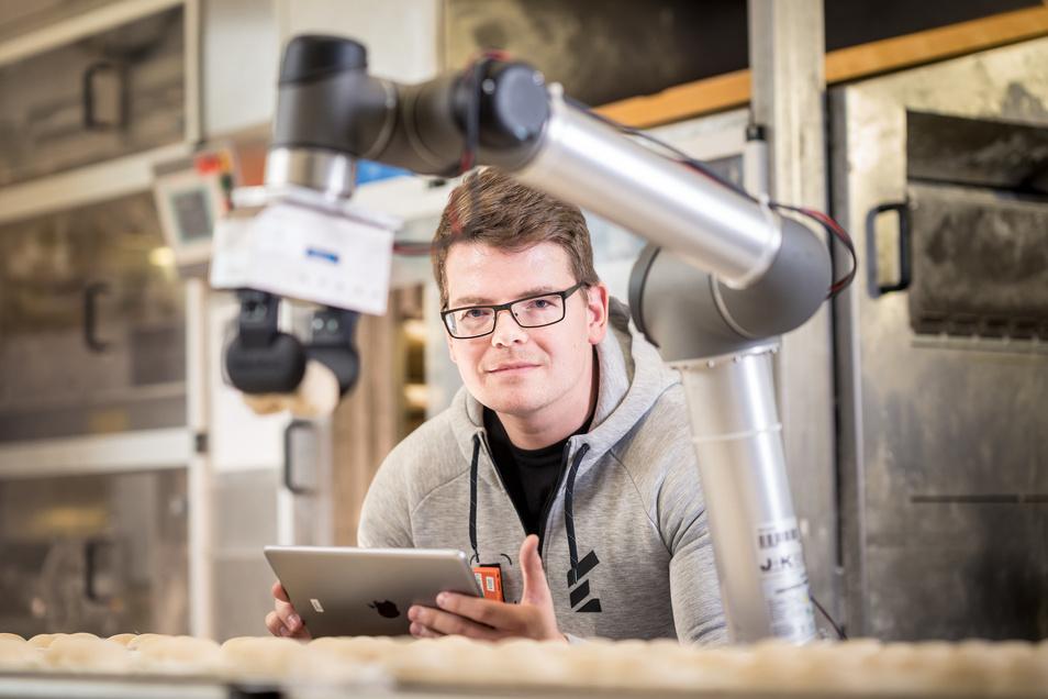 Der Dresdner Forscher Gunther Mielke probiert in der Backstube Tschirch in Ober-Neundorf bei Görlitz einen Roboterarm aus. Wie weit ist dieser fähig, einen Bäcker zu ersetzen?