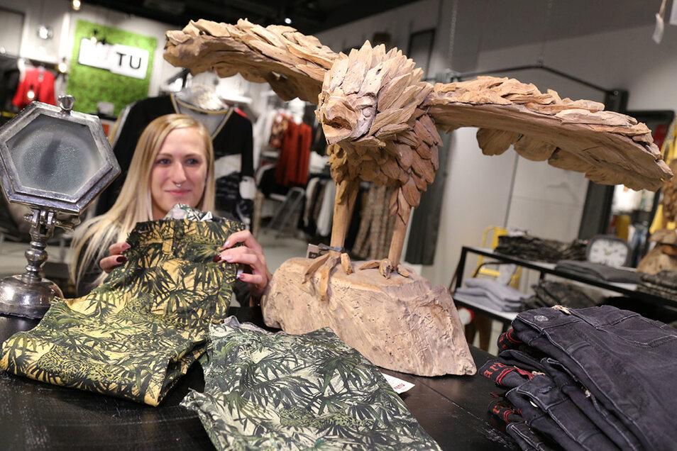 Nancy Schulze zeigt bei KETU im Erdgeschoss  aktuelle  Hosenmode für den Herbst.