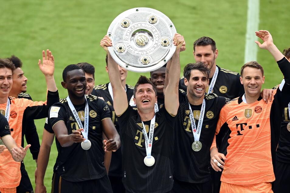 Robert Lewandowski und seine Mitspieler beim FC Bayern feiern mit der Schale den Gewinn der deutschen Meisterschaft.