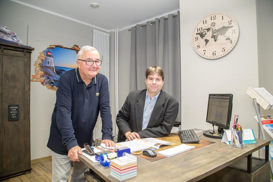Inhaber Mario Kosubek (rechts) und Firmengründer Michael Richter im Reisebüro Richter an der Görlitzer Jakobstraße. Ab Sonnabend gilt hier wahrscheinlich Click and Meet.
