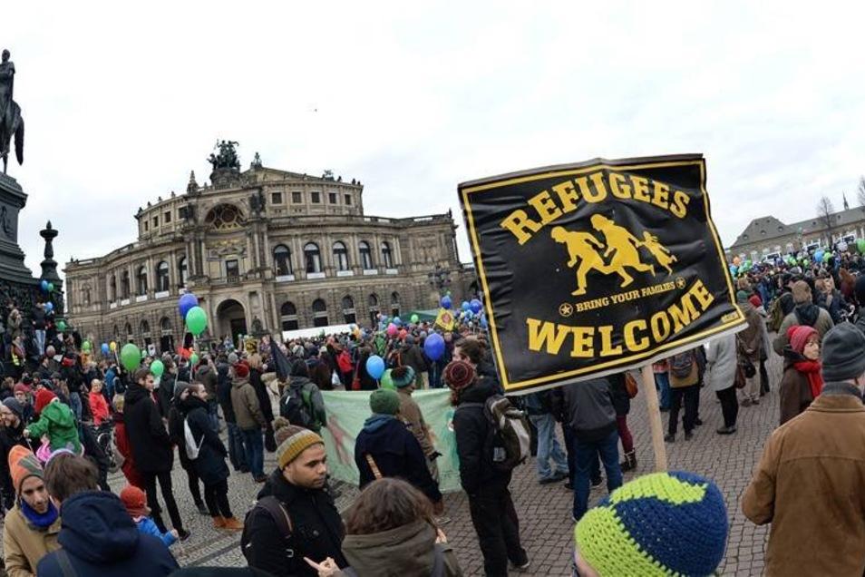 Demo-Teilnehmer auf dem Theaterplatz, hier fand um 14 Uhr eine erste Kundgebung statt.