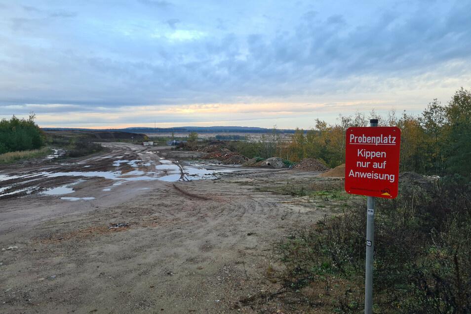 Im südwestlichen Teil des Gebiets Laußnitz 1 wird der ausgekieste Teil mit Bauschutt, Steine und Erden verfüllt. Das Wasser aus diesen Kippen sei zu nährstoff- und salzhaltig für die benachbarten Moore, kritisieren die Umweltschützer.