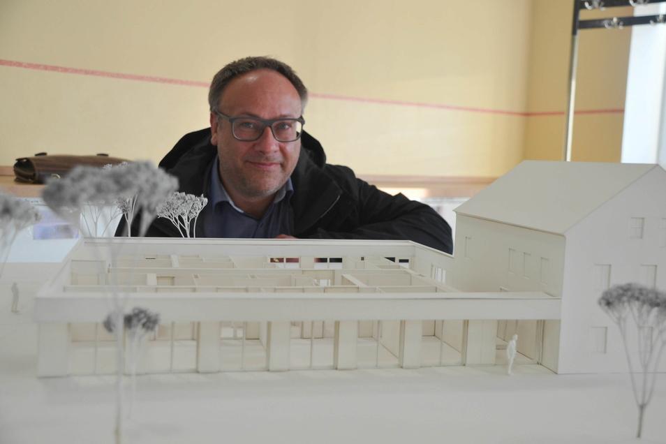 Architekt Eckhard Helfrich brachte ein Modell der neuen Kita jetzt nach Markersdorf mit.