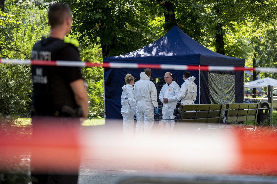 Beamte der Spurensicherung sichern Spuren am Tatort in Berlin-Moabit.