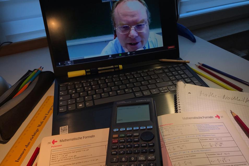 Dr. Thomas Hinze übt mit seinen Nachhilfeschülern online Aufgaben in Mathe, Physik und Chemie. Normalerweise treffen sich die Gymnasiasten im Dresdner Studiertreff, derzeit aber nur virtuell.