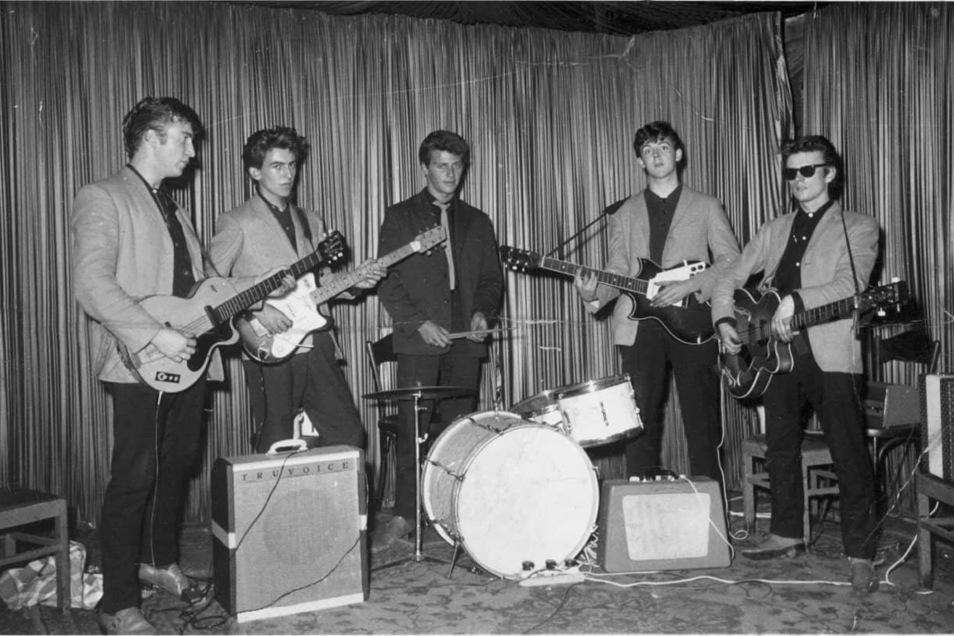 Als die Beatles vor 60 Jahren im Hamburger Club Indra ihr erstes Konzert gaben waren sie noch zu fünft. John Lennon, George Harrison Pete Best Paul Mc Cartney und Stuart Sutcliffe leisten Schwerstarbeit