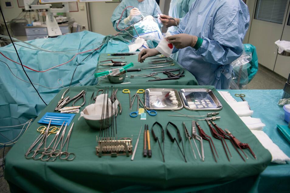 Operationsbesteck liegt während einer Operation in einer Klinik auf einem Tisch.