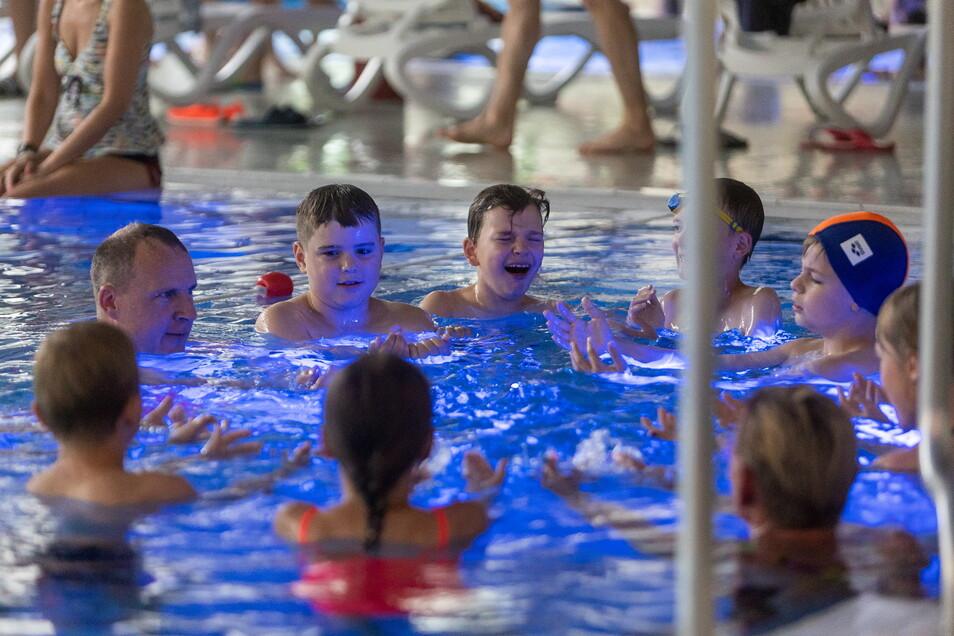 Im Freitaler Hains lernen Schüler, die seit über einem Jahr keinen oder nur sehr selten Schwimmunterricht erhielten, schwimmen.