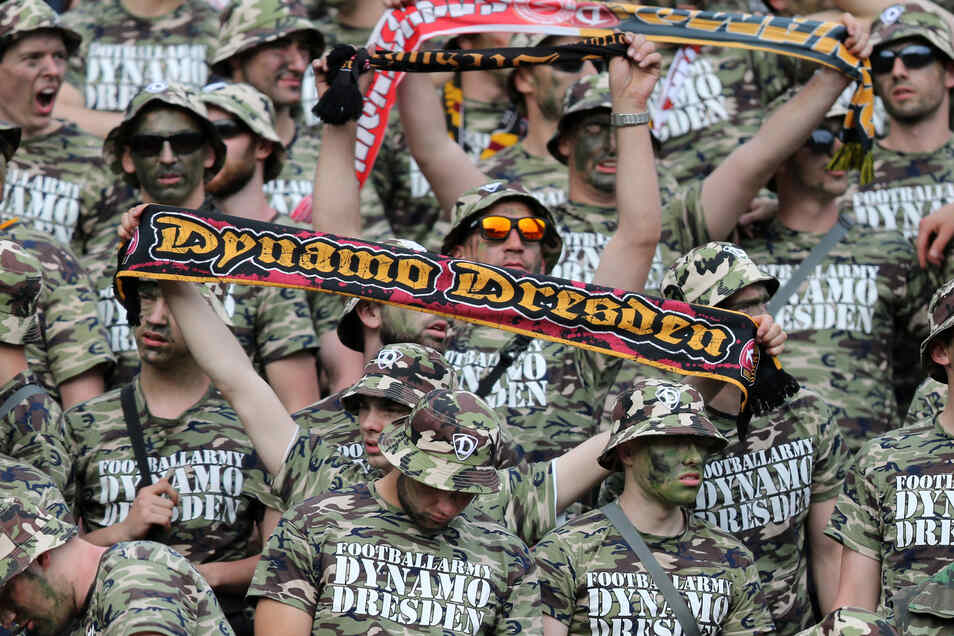 """Als """"Football-Army Dynamo Dresden"""" traten die Fans im Mai 2017 in Karlsruhe auf. Diesmal bleibt der Block halbleer."""
