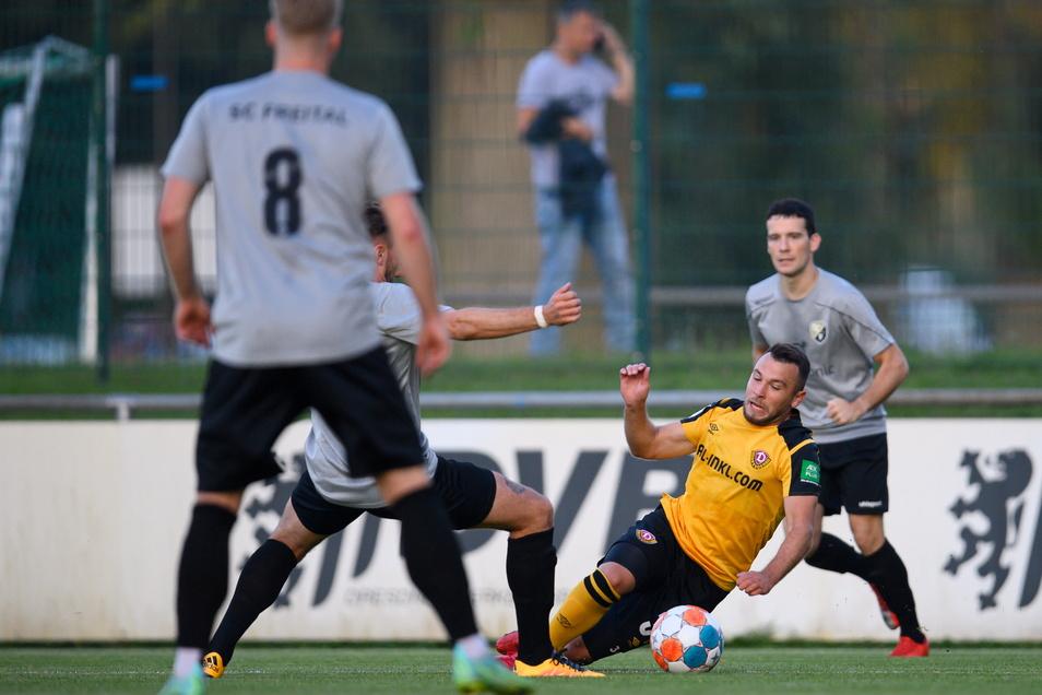Justin Löwe (r) im Zweikampf mit Freitals Eric Ranninger. Mit seinen 22 Jahren war der Mittelfeldspieler ein Routinier in der Mannschaft für die Zukunft.