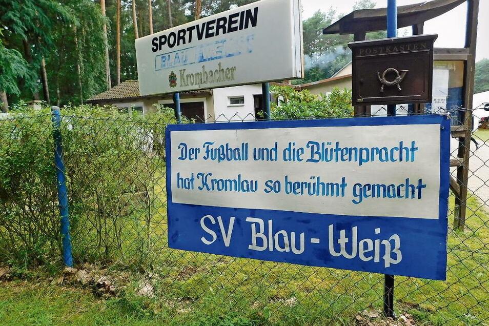 Mit diesem Plakat am Sportplatz-Eingang zeigen die Kicker von Kromlau, worauf sie stolz sind: auf ihren Ort, ihren Verein und die Traditionen.