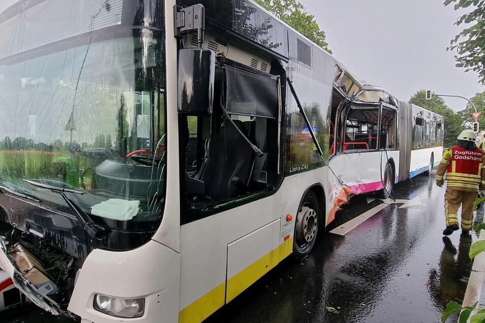 Langenhagen: Der Zugführer der Feuerwehr Godshorn geht an einem stark beschädigten Linienbus an der Unfallstelle vorbei. Beim Zusammenprall mit einem Lkw ist ein Fahrgast tödlich verletzt worden.