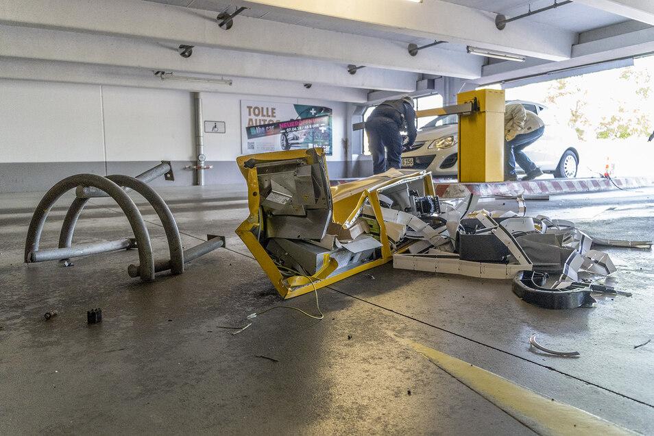 Einer der zwei Ticketautomaten und die zugehörige Schranke an der Parkhaus-Zufahrt wurden beim Unfall am Donnerstagmorgen zerstört.