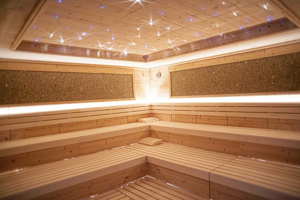 Groß und hell ist die finnische Sauna gestaltet.