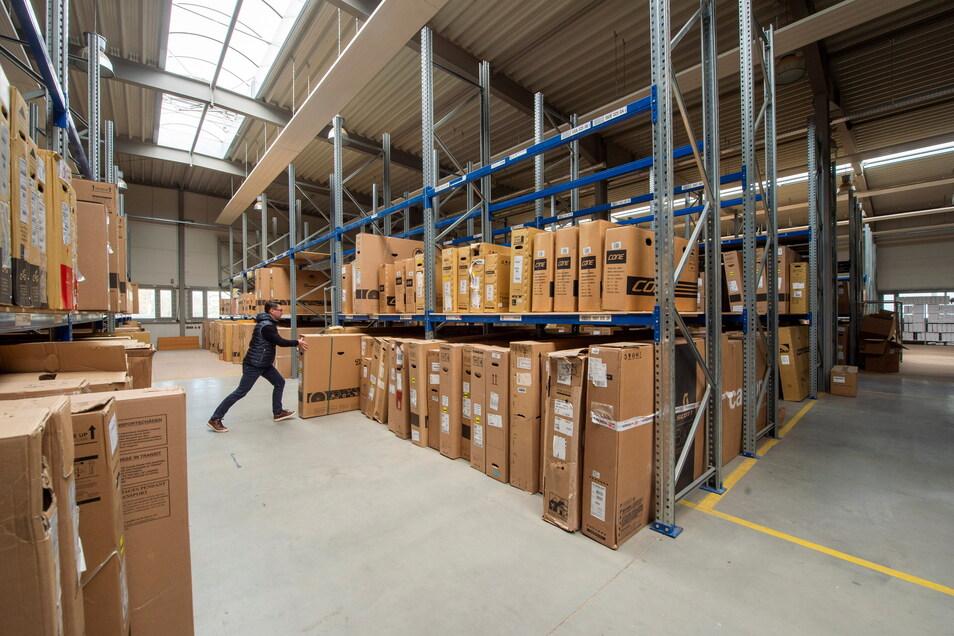 Das neue Zentrallager der Fahrradkette für Sachsen wird gerade in Coswig eingeräumt.