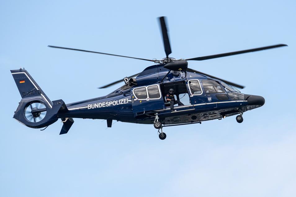 Ein Hubschrauber der Bundespolizei suchte am Sonntagnachmittag in Dresden nach illegal eingereisten Flüchtlingen.
