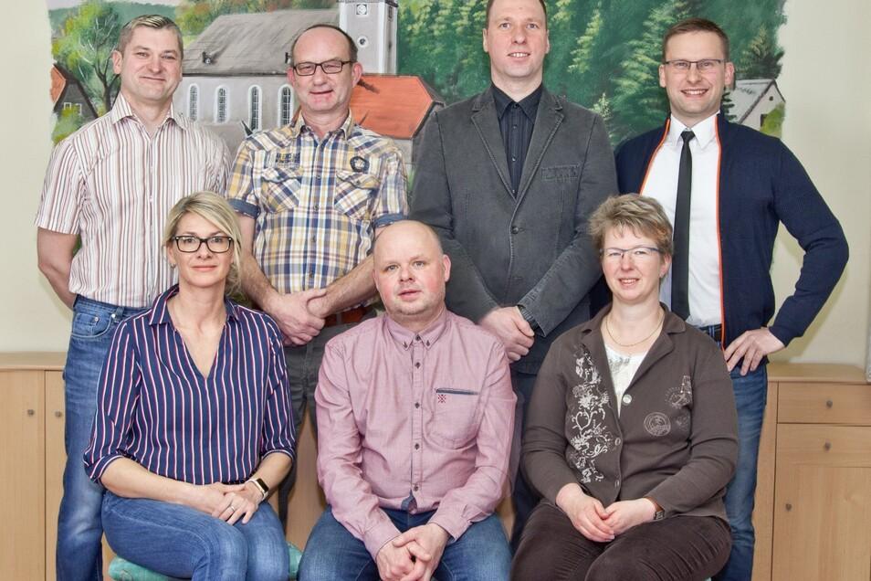 Die Bewerber der Freien Wählergemeinschaft: Mirko Oschütz, Anke Broda, Angela Looke, Torsten Zawal, Veit-Elger Kretschmer, Endre Schuster, Mario Lippert.