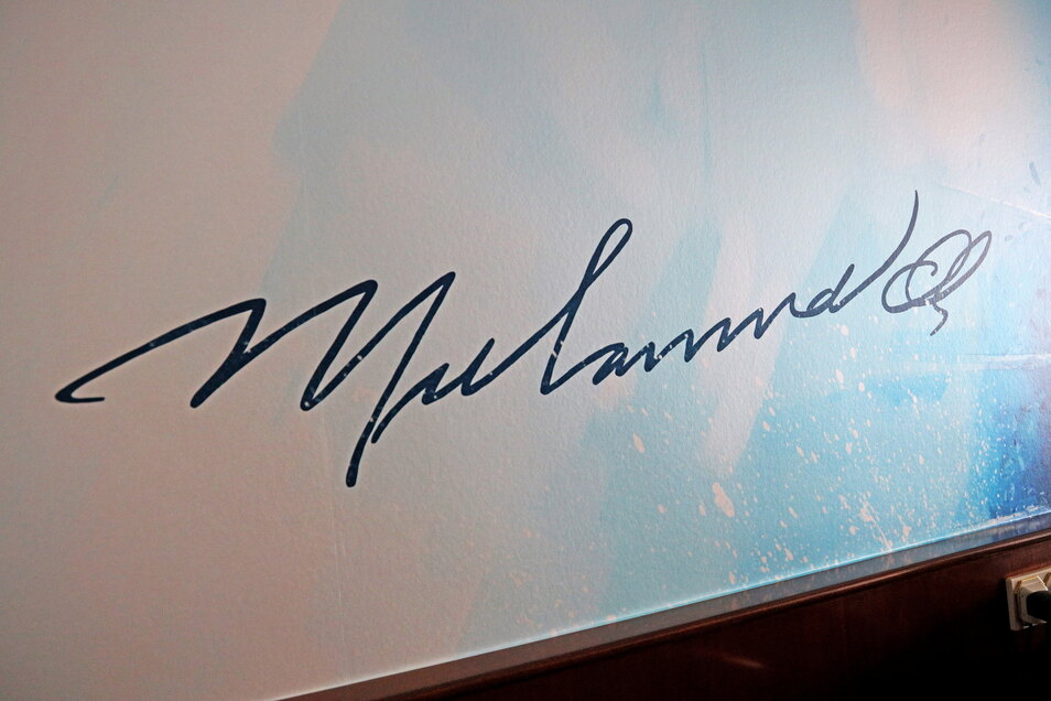 Der berühmte Box-Weltmeister hat sich mit einem Autogramm in Riesa verewigt.