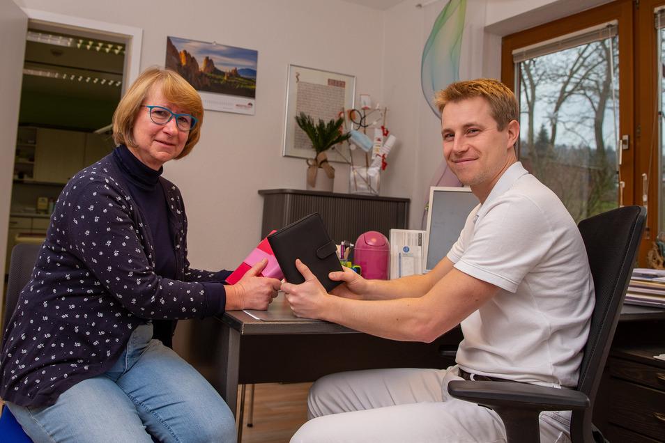 Platzwechsel: Wo 30 Jahre Heidrun Ryback im weißen Kittel saß, sitzt nun Tobias Clauß. Er hat ihre Praxis -  und das Prinzip Hausbesuchsbuch übernommen.