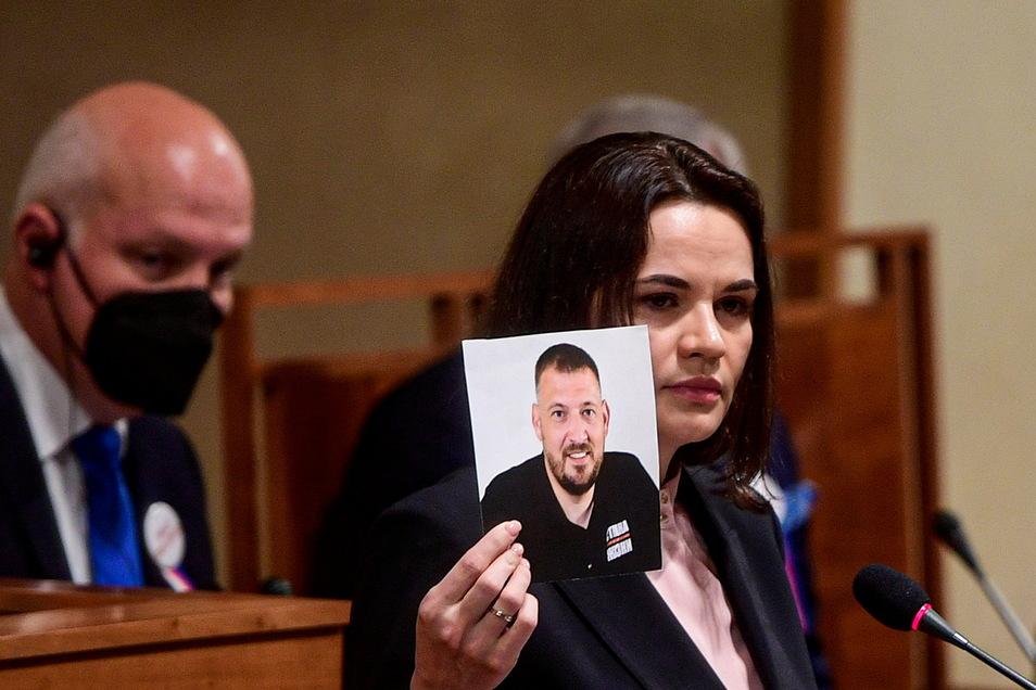 Die belarussische Oppositionsführerin Swetlana Tichanowskaja mit einem Foto ihres inhaftierten Mannes Sergej.