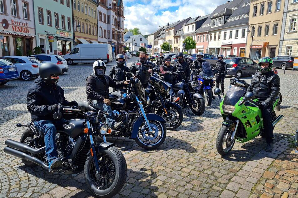 Waldheim: Einige Motorradfahrer treffen sich auf dem Marktplatz. Gemeinsam soll es zu einer Ausfahrt als Protest gegen das Sonntagsfahrverbot für Biker über Nossen nach Dresden gehen.