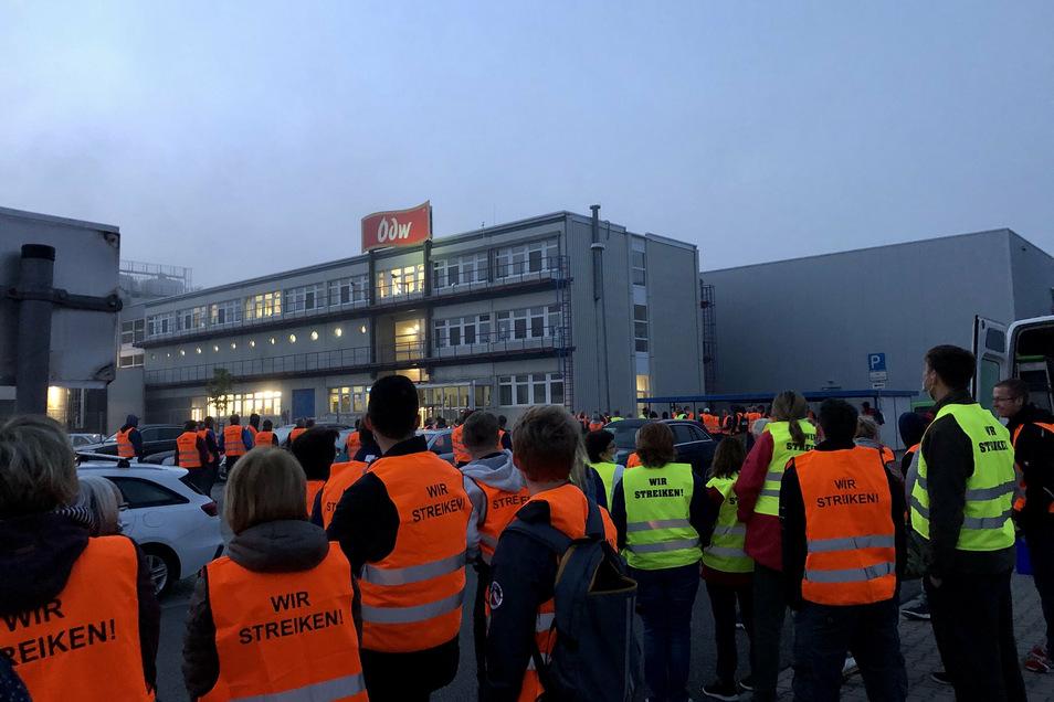 Rund 160 Mitarbeiter beteiligten sich laut Gewerkschaft am Streik, nur vier hätten als Streikbrecher das Werk betreten.