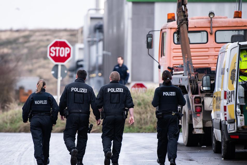 Im Fall einer seit Oktober vermissten Frau aus Frankfurt hat die Polizei bei Durchsuchungen auf einer Mülldeponie Menschenknochen gefunden.