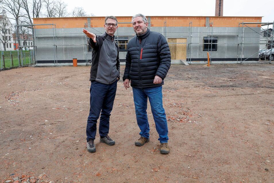 Unfallchirurg Hartmut Prochaska (rechts) und Bauherr Martin Kirschner vor der im Bau befindlichen neuen Arztpraxis an der Südstraße.