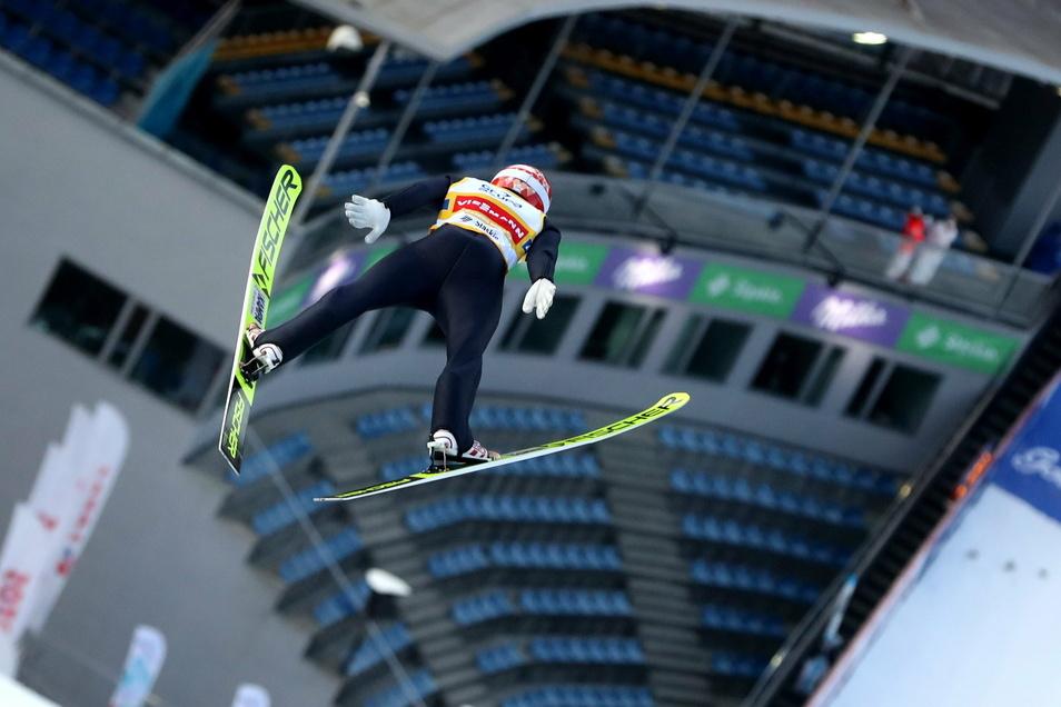 Ungewohnte Atmosphäre auch beim Weltcup im polnischen Wisla: Der derzeit beste deutsche Skispringer Marcus Eisenbichler fliegt über die leeren Ränge im Stadion. Vor dem Zaun hatten rund 100 Fans mit Tröten und Rufen wenigstens etwas Stimmung gemacht.