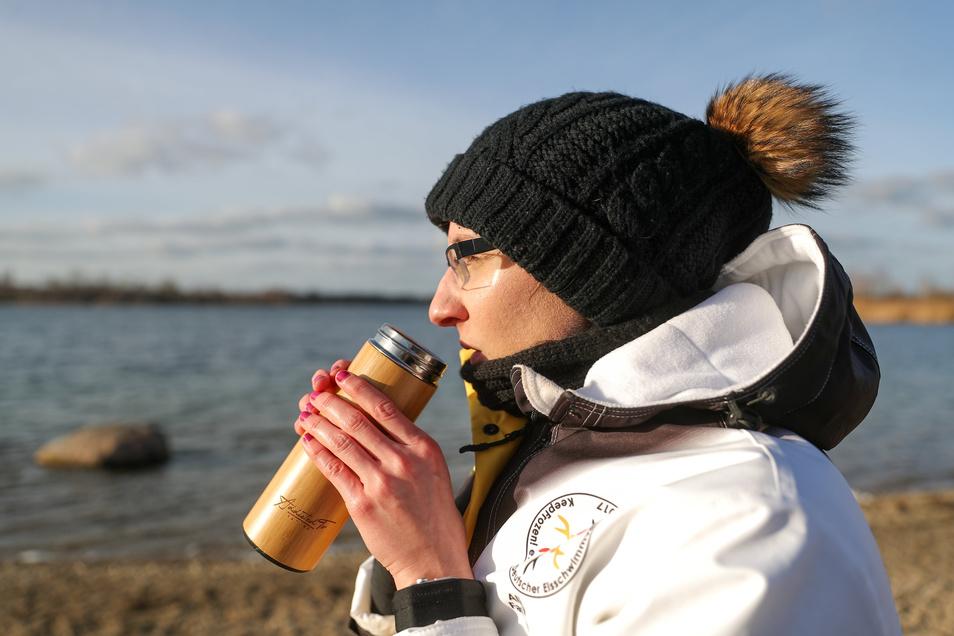 Nach dem Training wärmt sich die Weltmeisterin mit heißen Getränken wieder auf.