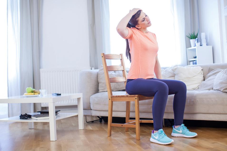 Drübergreifen und ziehen: Diese Übung dehnt die seitliche Nackenmuskulatur.