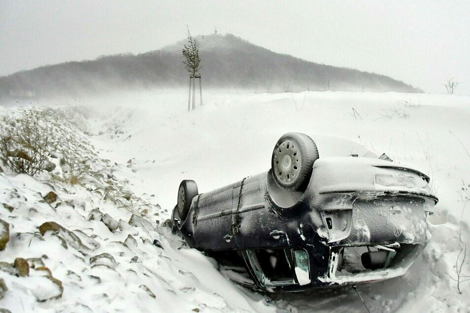 Starke Wintersturm- und Schneeverwehungen, Schneefall und extrem glatte Straßen sorgen derzeit für Chaos auf den Straßen.
