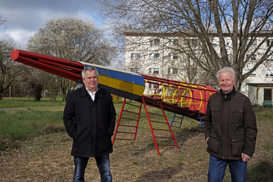 Holger Krüger und Martin Huth stehen vor der alten Kletter-Rakete.
