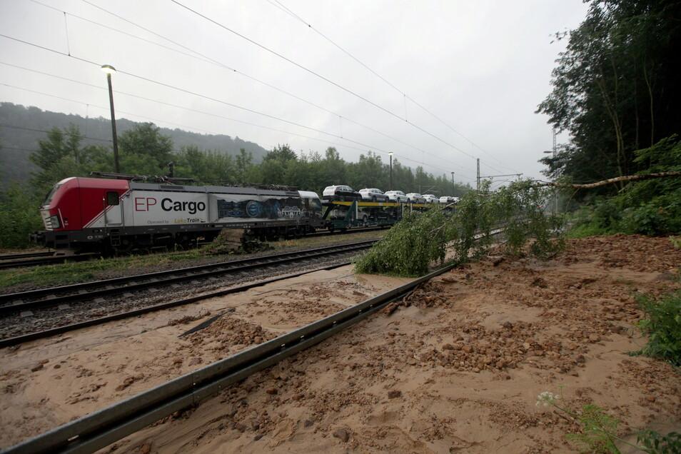 Mehrere Erdrutsche blockieren die Gleise der internationale Bahnstrecke Dresden – Prag. Wann hier wieder Züge rollen könne, ist derzeit unklar.